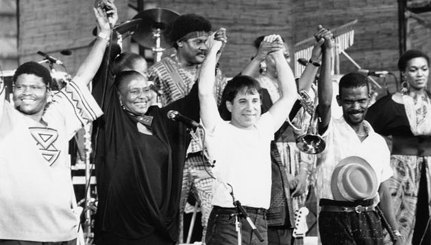 Paul Simon junto a un grupo de africanos
