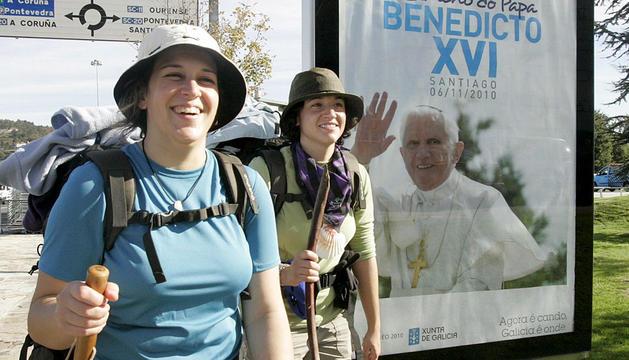 Dos peregrinas en el Camino de Santiago.