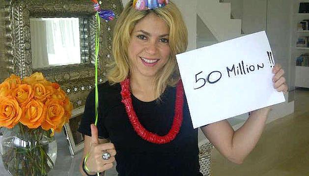 Fotografía tomada del perfil de Shakira en Facebook donde la cantante celebra su llegada a los 50 milloes de seguidores en la red social