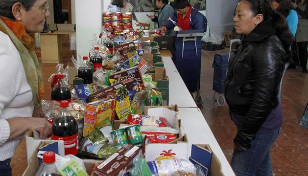 Un momento del reparto de alimentos llevado a cabo hace unos días en un local de la parroquia de La Asunción, en Pamplona.