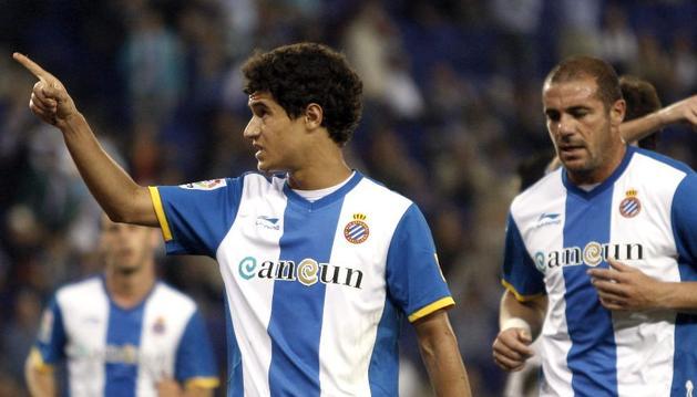 El centrocampista del Espanyol Phillipe Coutinho (izquierda) celebra el gol de su equipo al Sevilla durante el partido