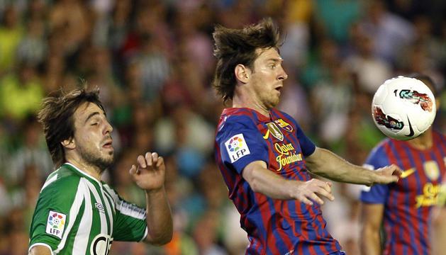 Messi controla el balón con el pecho en el partido disputado contra el Betis.