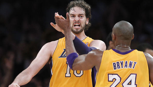 Kobe Bryant felicita a Gasol tras una canasta del español