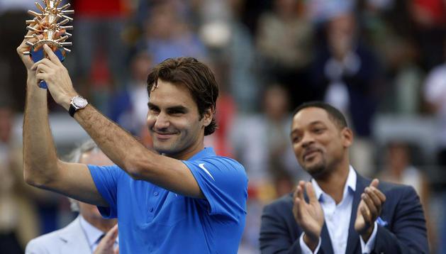 Roger Federer levanta el trofeo de campeón en Madrid en presencia de Will Smith, que estuvo presente en la final