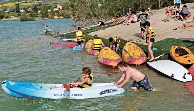 Imagen de este sábado del embalse de Alloz en el momento de las demostraciones de deportes acuáticos
