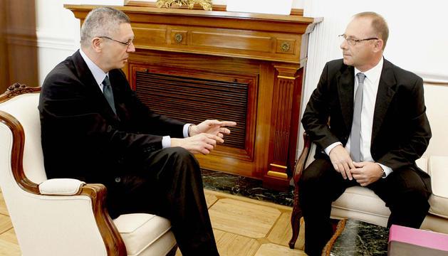 El ministro de Justicia, Alberto Ruiz-Gallardón, ha recibido este lunes a Antonio del Castillo (d), padre de Marta del Castillo