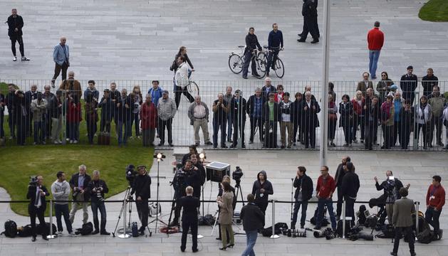 Los periodistas, a la espera del encuentro de Merkel y Hollande