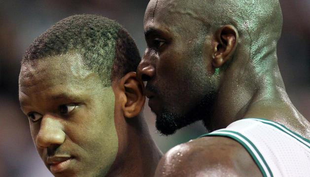 Lavoy Allen y Kevin Garnett, durante el partido entre Sixers y Celtics