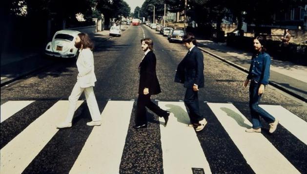 Instantánea de los Beatles cruzando el paso de peatones de Abbey Road en sentido contrario al de la famosa foto