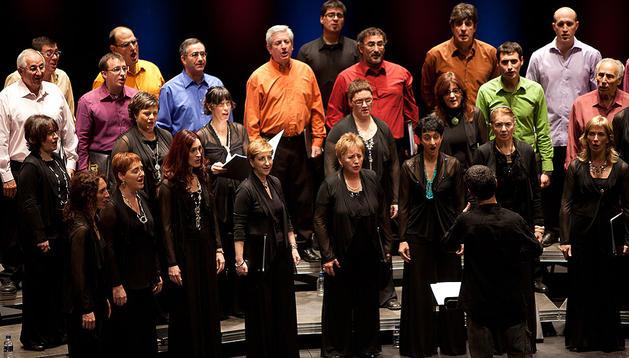 Integrantes de la Coral Barañáin durante un concierto