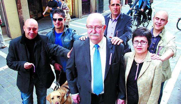 Delante, el matrimonio formado por Boni Ros Ruiz de Larramendi (cuidador) y Marta Ferrer Paradeda (afectada). Detrás y de izda. a dcha.: Chuchin Ibáñez, Serafín Zubiri, Miguel Induráin y Koldo Rodero