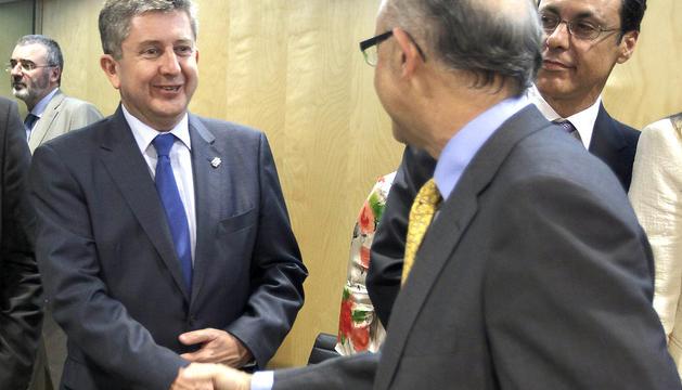 El consejero de Economía y Hacienda, Álvaro Miranda (izda.) saluda al ministro Cristóbal Montoro antes del inicio del Consejo de Política Fiscal y Financiera del Gobierno con las autonomías