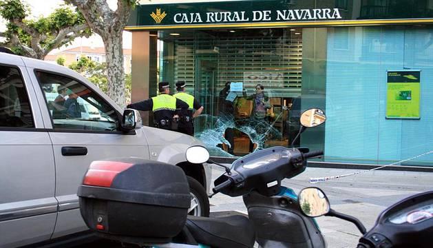 Un vehículo choca contra el cristal de una sucursal bancaria en el barrio pamplonés de la Chantrea.