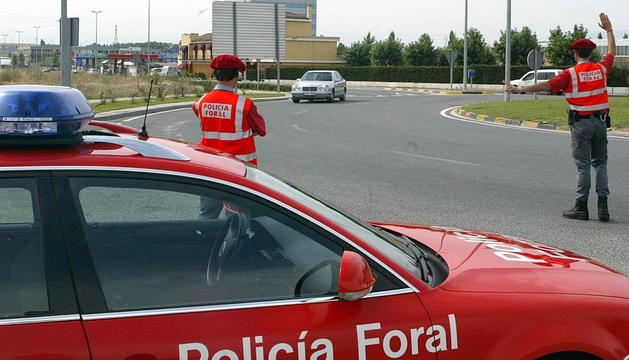 Dos agentes de Policía Foral regulando el tráfico