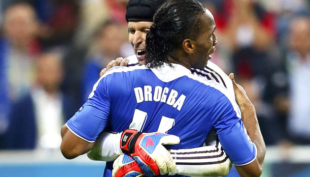 Los dos hombres clave del encuentro, el meta Petr Cech y el delantero Didier Drogba, se funden en un abrazo tras conseguir el título de la Liga de Campeones