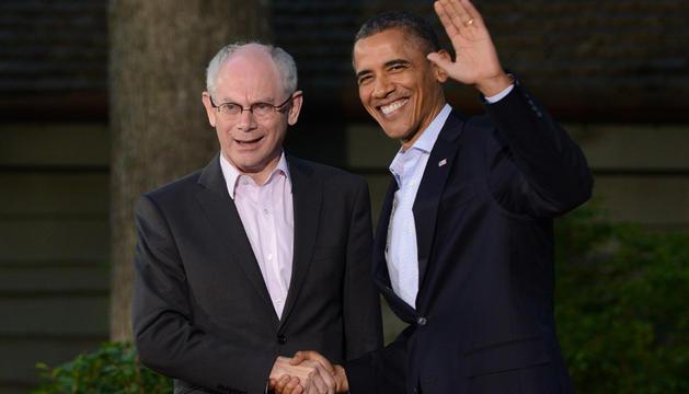 El presidente estadounidense, Barack Obama (d), recibe al presidente del Consejo Europeo, Herman Van Rompuy, a su llegada al Camp David para asistir a la Cumbre del G8.
