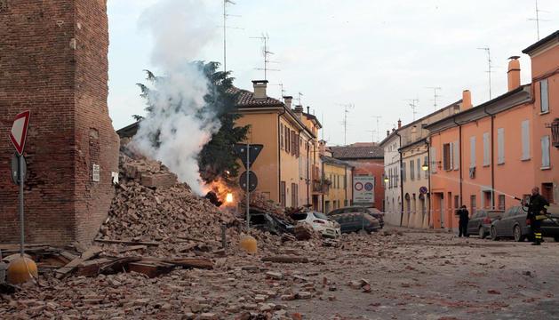 Los bomberos trabajan junto a los escombros de un edificio tras un terremoto de 5,9 grados de magnitud en la escala Richter registrado este domingo en la región de Emilia Romagna, en el norte de Italia.