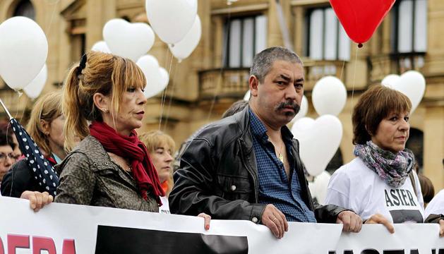 Los padres de Asier Lavandera, en una manifestación en San Sebastián