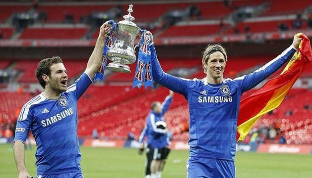 Juan Mata y Fernando Torres, con la Copa de campeones