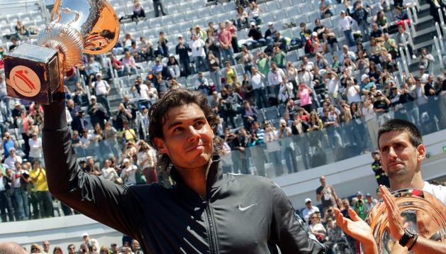 Nadal levanta la copa de campeón en Roma ante Novak Djokovic, que le aplaude con deportividad