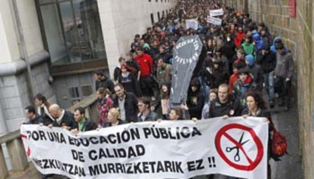 Miles de profesores, alumnos y familias se manifiestan en Pamplona contra los recortes cerca de la sede de Educación del Gobierno de Navarra