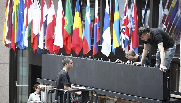 Operarios preparan la sala de prensa del Consejo Europeo en Bruselas, Bélgica
