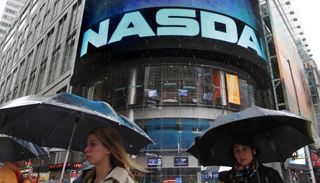 Wall Street logró un ascenso tras seis días en números rojos, pero la red social Facebook mantuvo du caída al cierre de sesión en el 10%