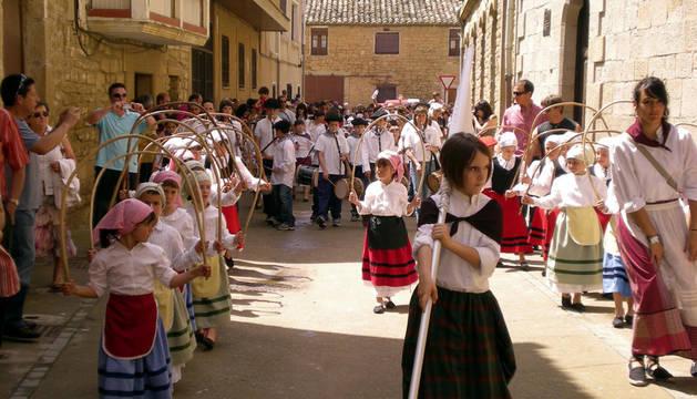 Las danzas txiki en una edición anterior de la Fiesta del Agua en Pitillas