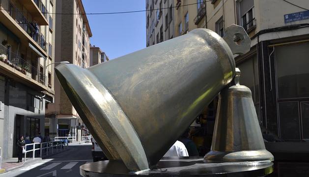 Imagen de la escultura, en el momento de ser colocada