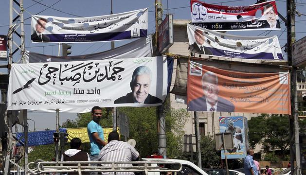 Carteles electorales en El Cairo, Egipto.