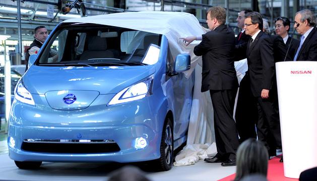 Los representantes de Nissan descubren la furgoneta e-NV200, totalmente eléctrica y que se fabricará en la factoría de la Zona Franca de Barcelona
