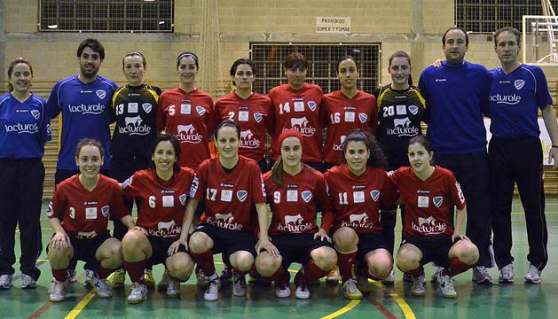 Imagen de la plantilla del Club Deportivo Orvina en el polideportivo Ezcaba, pabellón en el que disputan sus partidos como locales