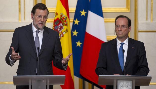 El presidente del Gobierno español, Mariano Rajoy (i), y el presidente francés, François Hollande (d), hablan en rueda de prensa conjunta tras su reunión en el Palacio del Elíseo de París