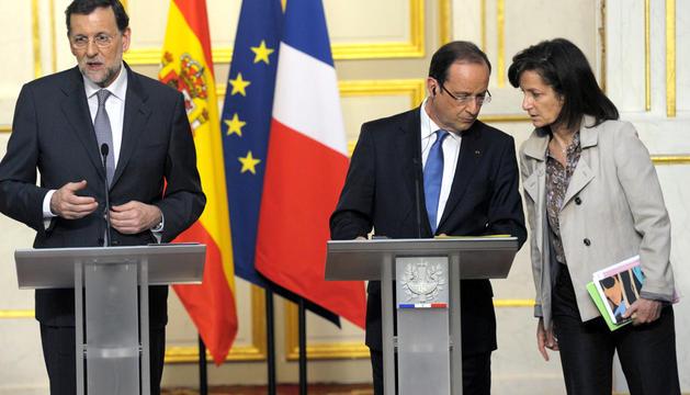 El presidente del Gobierno, Mariano Rajoy (izda.) durante la rueda de prensa tras el almuerzo de trabajo mantenido que el presidente francés, Françóis Holland (dcha.)