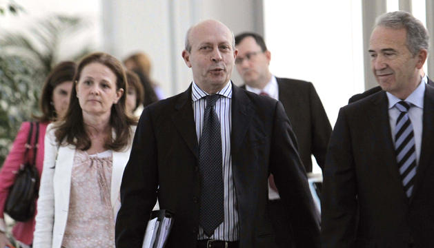 El ministro de Educación, José Ignacio Wert (centro), tras conocer que los rectores de las universidades españolas han optado por no acudir a la reunión del Consejo de Universidades, para protestar contra el Ministerio