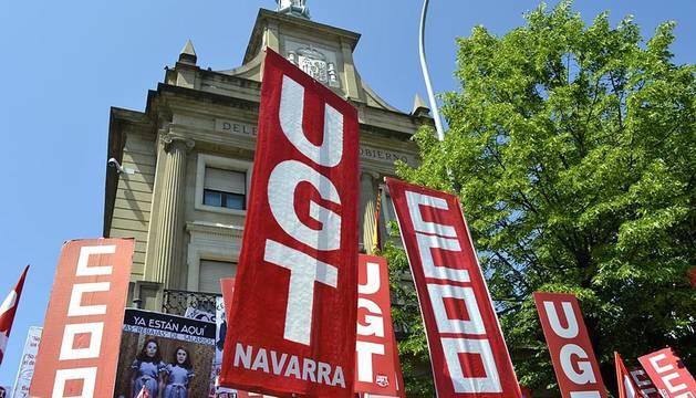 Miembros de UGT y CC OO se han reunido frente a la Delegación del Gobierno en Navarra en el día en el que está previsto que se vote en el Congreso de los Diputados