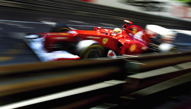 El piloto español Fernando Alonso, de la escudería Ferrari, conduce su monoplaza durante la primera jornada de entrenamientos libres del Gran Premio de Mónaco en el circuito urbano del Principado