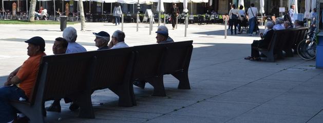 Los bancos situados a la sombra en la Plaza del Castillo han sido uno de los lugares más codiciados de la capital