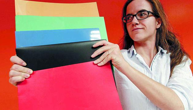 La periodista Paula Zubiaur muestra cartulinas de varios colores, como las que emplea en el vídeo