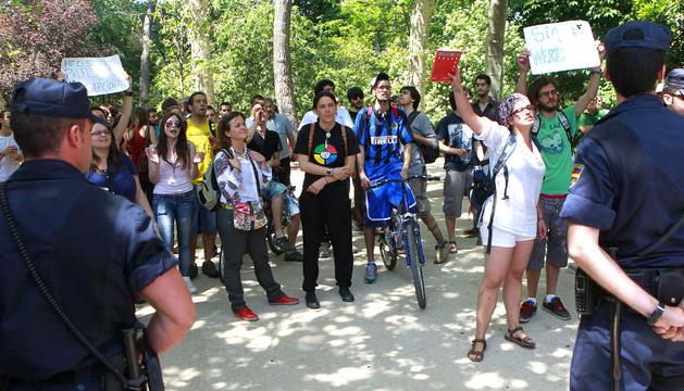 Un grupo de personas gritan consignas a favor de la enseñanza pública en el madrileño parque del Retiro, donde los príncipes de Asturias inauguraron la Feria del Libro, que este año tiene a Italia como país invitado
