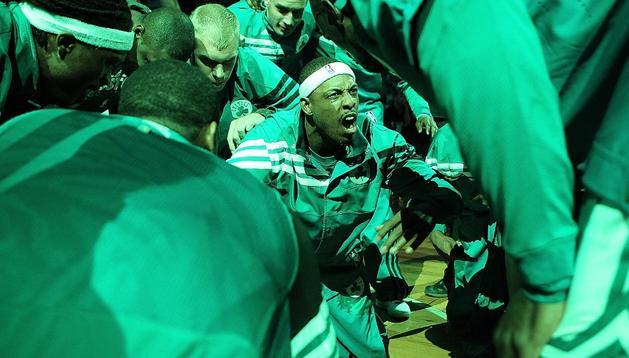 Paul Pierce arenga a sus compañeros antes del séptimo partido que ganaron los Celtics a Philadelphia en el TD Garden de Boston