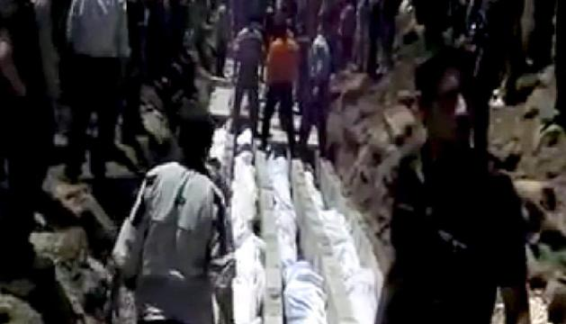 Imagen de un vídeo publicado en la red social Sham News Network en la que se muestran los cuerpos de varios sirios muertos durante la matanza de Haula