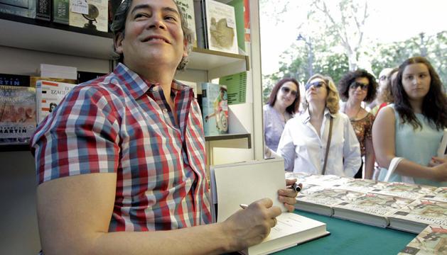 Boris Izaguirre firma libros en la Feria del Libro de Madrid