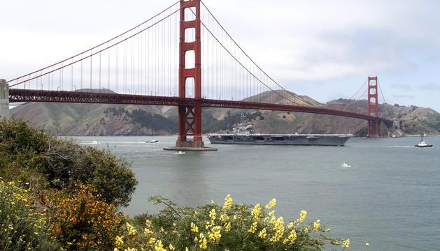 El portaaviones 'USS Nimitz' navega bajo el puente Golden Gate durante el aniversario 75 del reconocido puente, que se celebra en San Francisco, California (EEUU)