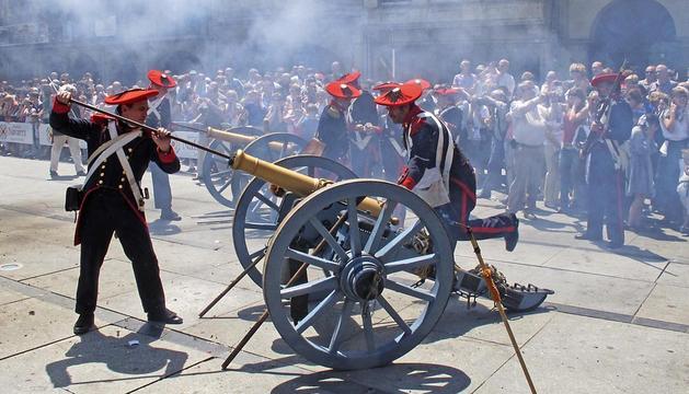 Los artilleros en acción para montar la pólvora en los cañones, una réplica exacta en los utilizados en las guerras carlistas