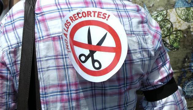 Miles de personas se han concentrado en protesta por estas medidas propuestas por el Gobierno de Navarra vistiendo con el tradicional traje de las fiestas de San Fermín y celebrando un particular