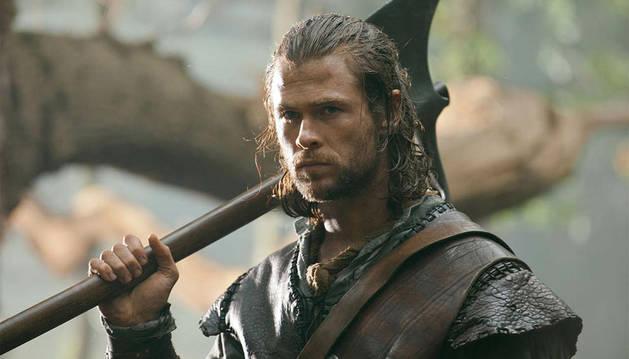 Chris Hemsworth, caracterizado como el cazador
