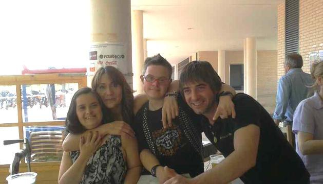 Los anfitriones de la I Concentración Motera a favor de las personas con síndrome de Down, Rubén y Mariaje, junto dos de los jóvenes que participaron en el acto
