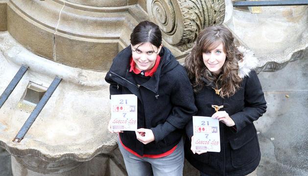 Noelia Gorbea y  Paula De Andrés con su libro de relatos