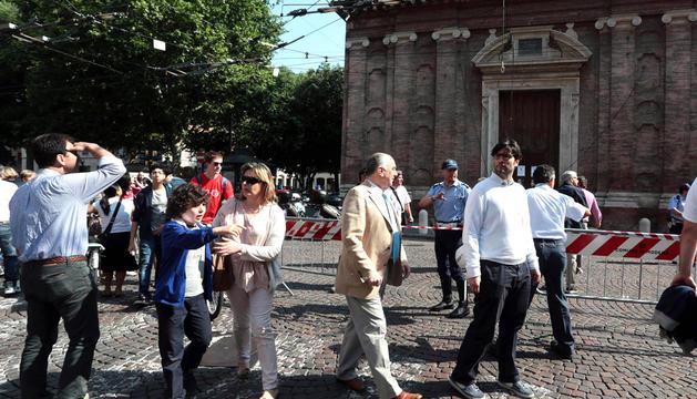 Habitantes de Módena se reúnen frente a la iglesia Voto, después del terremoto de 5,8 grados de magnitud